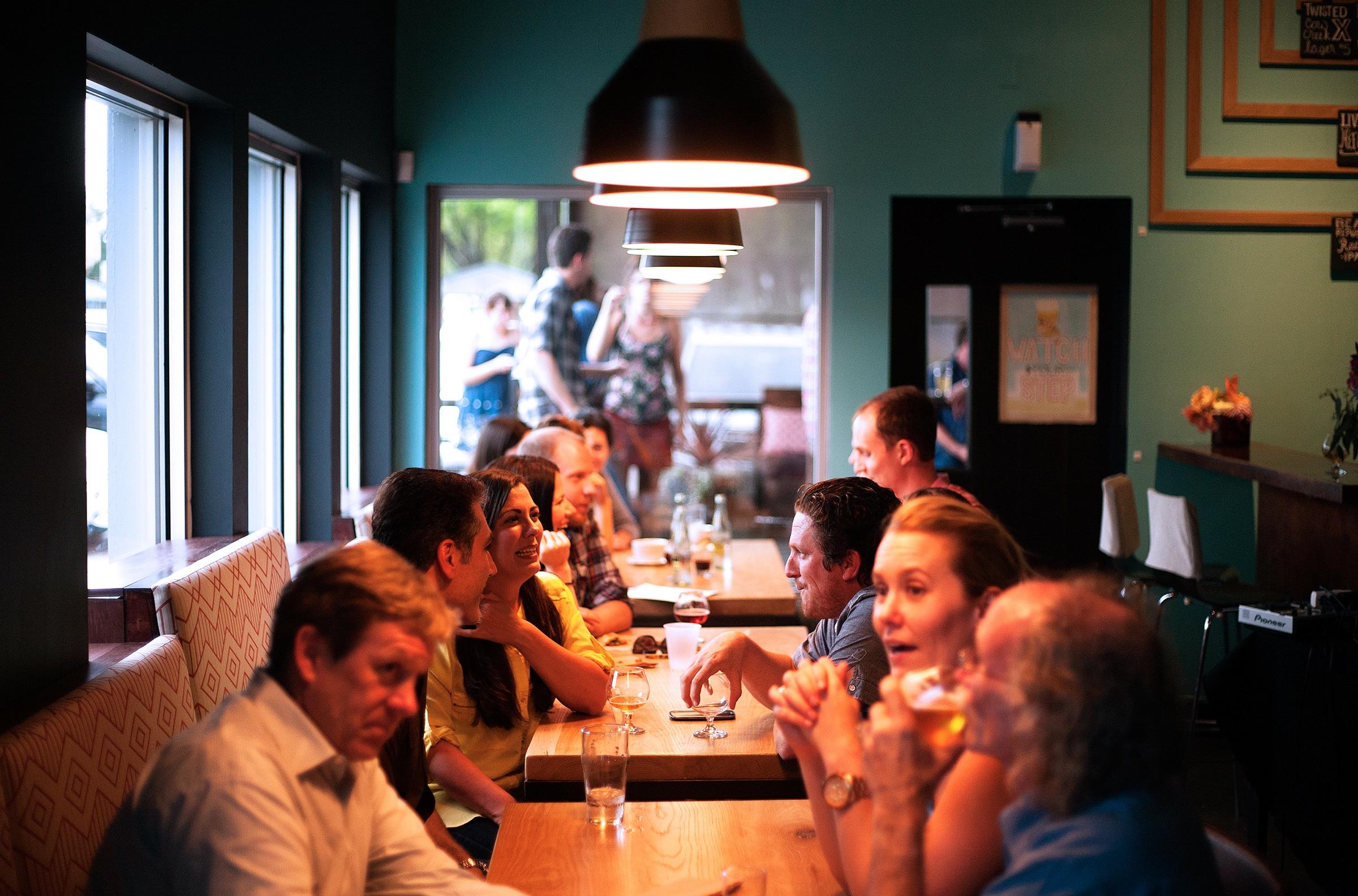 Mănânci mult și prost în contexte sociale ?